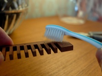 Reinige den Kanzellenkörper mit einer weichen Zahnbürste...
