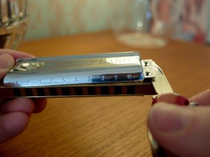 Heb die Deckelplatten (Cover Plates) mit einem Taschenmesser.